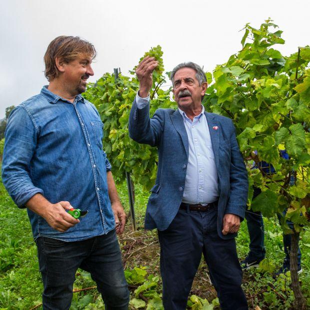 EuropaPress 2412632 En la foto el presidente sostiene el primer racimo de la cosecha de Bodegas Vidular ante uno de sus responsables Mikel Durán
