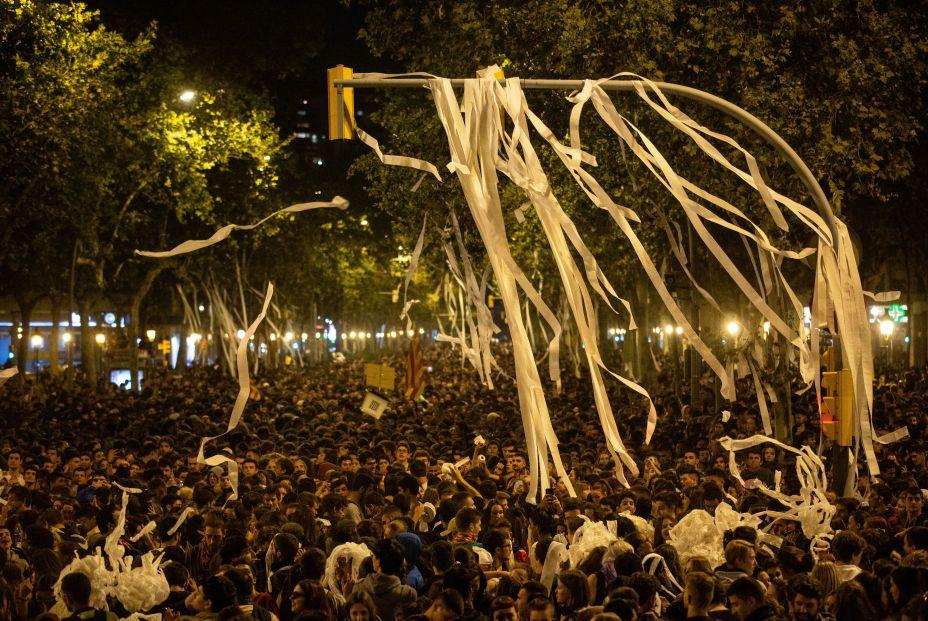 EuropaPress 2429828 Manifestantes convocados por los CDR arrojan papel higiénico al cielo en la Gran Vía barcelonesa en Barcelona (Cataluña España) a 16 de octubre de 2019  (1)