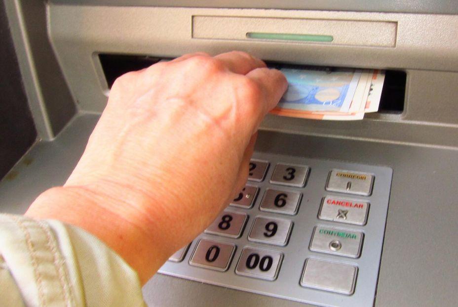 Comisiones bancarias, pensiones, subida de la luz: los mayores dicen basta