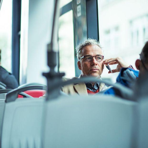 Hombre en el autobús